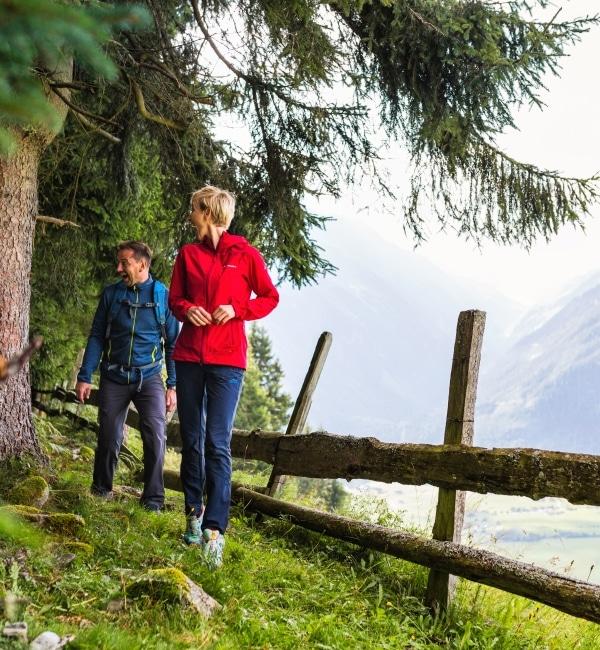 Eltern mit Bub beim Wandern in Bergen