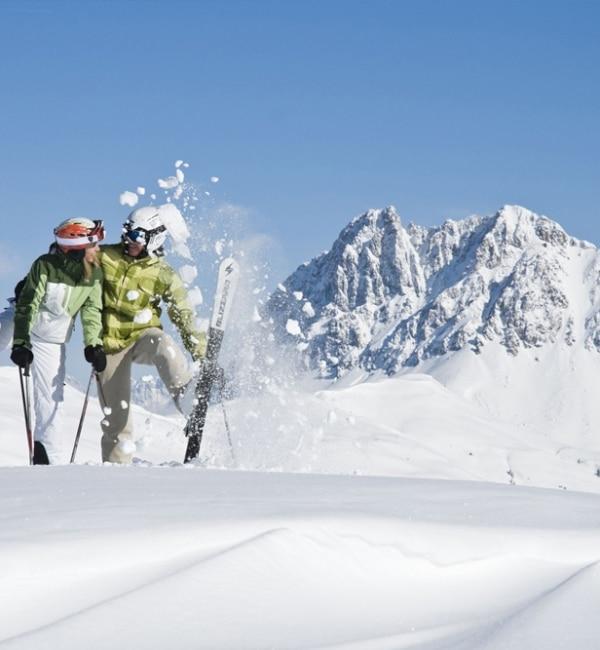 Tourengeher-Paar hat Spaß beim Herumalbern im Schnee